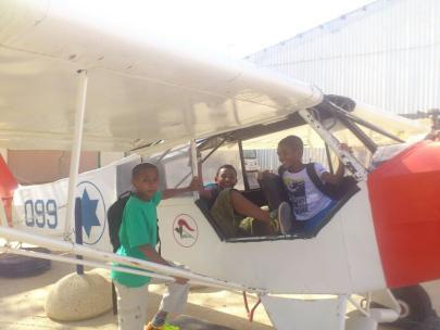 התלמידים בחניון המטוסים