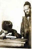 תמונה 1: אברך אלמוני לצד הרב קוק