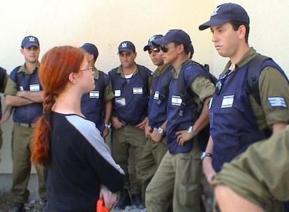 חיילים מסיטים מבט בהתאם לתרגולת, בעת גירוש מורג