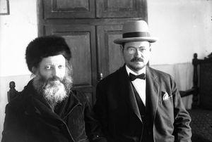 הרב אברהם יצחק הכהן קוק זצל בביתו בירושלים, בשנת חייו האחרונה (תרצה)
