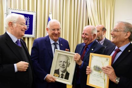 משלחת בני ברית בבית הנשיא, עם תמונת אביו של רובי ריבלין שהיה נשיא בני ברית ישראל