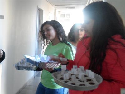 הבנות מחוג מאסטר שף מחלקות עוגות מעשי ידיהן לעובדי המועצה המקומית